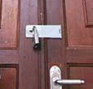 ilustrasi pintu di gembok